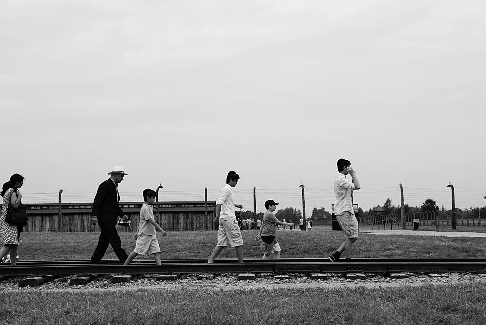Il futuro passa dalla memoria Famiglia passeggia lungo il binario che portava i deportati dalla porta della morte alla Judenrampe.